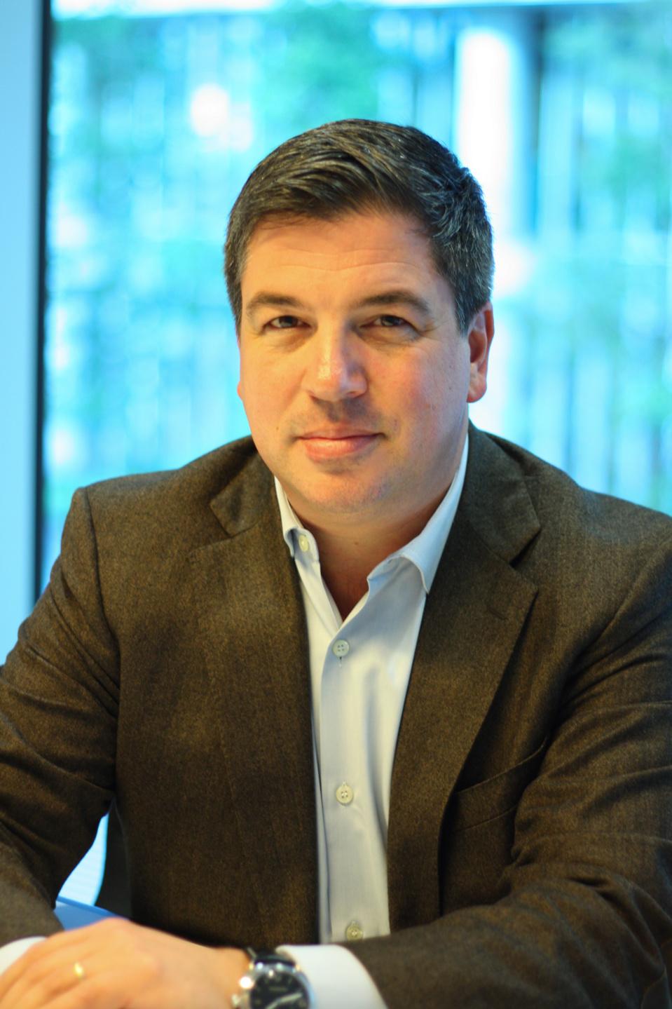 Simon Paris veillera à la poursuite de la croissance et de l'innovation de l'entreprise.