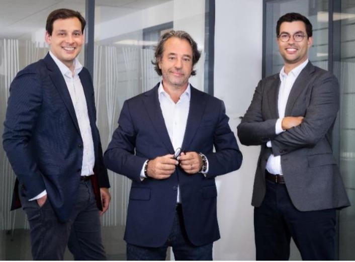 Éric Girault entouré de Matthias Baccino (à sa gauche) et de Mathieu Ramadier (à sa droite)